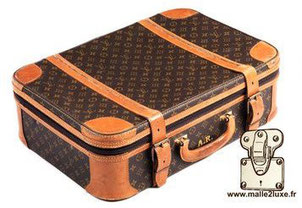 Stratos case 1st edition   Year of production: 1975/1984   Semi-flexible series. Rigid frame. Corners, handle, reinforcement bands for the cover and the natural leather base. Brass buckles. Locked by padlock. Interior fabrics.   Semi-soft suitcase, interi