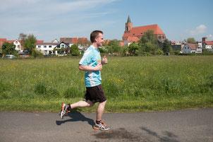 Laufen an der Spree mit der Beeskower Kirche im Hintergrund. (Foto: RWP/Hagen Pohle)