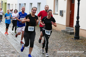 Stefanie Wickfelder und Bianca Karras (v.l.) mit viel Spaß über die 10km. (Foto: R. Schmidt)