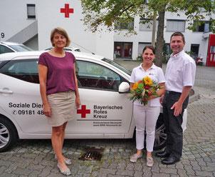 v.l.n.r.: Pflegedienstleiterin Rosemarie Schmidt, Barbara Forster, BRK-Kreisgeschäftsführer Klaus Zimmermann.