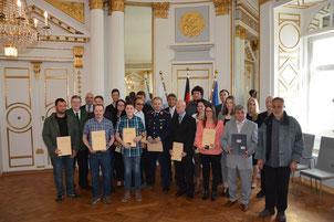 Regierungspräsident Axel Bartelt überreichte öffentliche Anerkennungsurkunden und eine Rettungsmedaille. Foto: Regierung der Oberpfalz