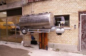 Milchtank mit Chassis und Elektrischem Fahrantrieb. Der Milchtank befindet sich auf der Hubvorrichtung, um die Milch schonend (ohne zu pumpen) ins Käsekessi zu transportieren.