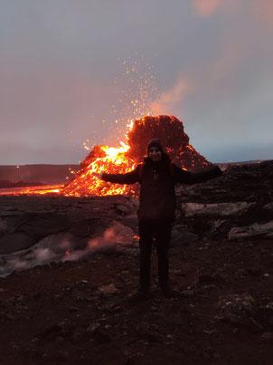 Lorenz vor einem der Krater des Vulkans Fagradalsfjall, der im Frühjahr 2021 ausgebrochen ist (Foto: Ivan Sovic)