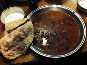 Montagabends gibt es kein Dhal Bat, sondern Roti (Fladenbrot), Razma (Curry aus roten Bohnen) und Curd (so ähnlich wie Quark, etwas flüssiger).