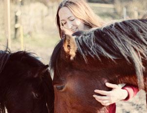 Foto von Melanie Schmidtmeier und ihren beiden Pferden