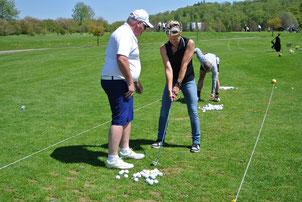 Ansprechen – Rückschwung – Durchschwung: Golf-Pro Barry Higgins mit einer absolut konzentrierten Neu-Golferin auf der Driving Range des GC Reutlingen-Sonnenbühl - © Golfclub Reutlingen-Sonnenbühl e.V.