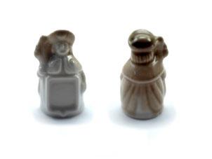 Dedales de porcelana, pergrino de color marrón con escudo.