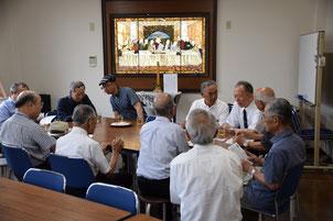 集会室の最後の晩餐のステンドグラス前でひと休みと交流です。
