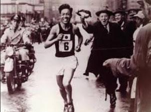 ボストンマラソン(1955)優勝直前の浜村秀雄(浜村杯ロードレースのパンフレットから)