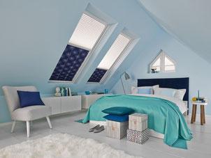 blaues Schlafzimmer mit Dachschräge und Plissee - Faltvorhang