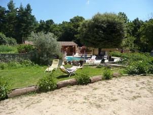 Le boulodrome, le terrain de farniente, la piscine et, au fond,  le sauna