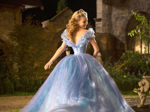 Lily James als Cinderella in der Szene des Films «Cinderella». Foto: Jonathan Olley/Disney Enterprises