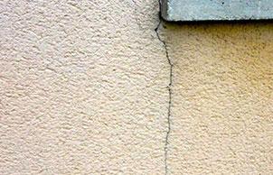 Façade manifestant la présence de fissures