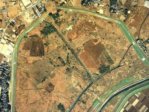 図1.渡良瀬遊水地の衛星画像(google) 過去にあった土砂採掘の跡が読み取れる。