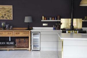 Cocina con paneles de bronce en salpicadero