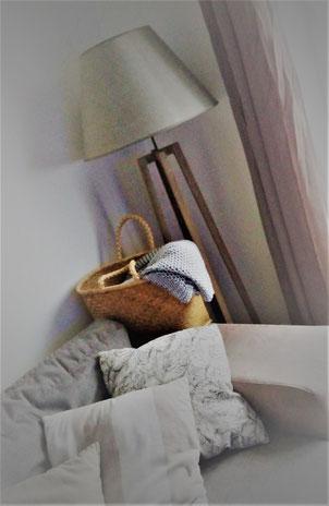 Idée déco salon nature bohème by Fannygloo : canapé, coussins, panier en paille et lampadaire