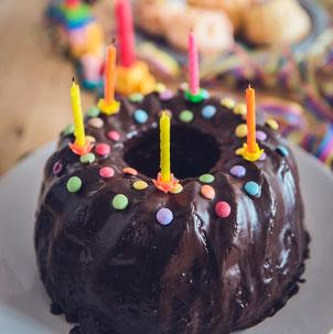 Kuchen zum Geburtstag während Corona für Teenager, Geburtstagsparty planen, Erlebnisgeschenke