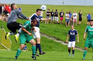 Schönsees Keeper verhinderte eine höhere Niederlage gegen die neue SG Schönthal/VfR Premeischl,die zum Einstand gleich mal einen 3:0-Sieg hinlegte. Foto: wfl