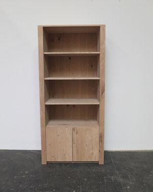 stoere massief eiken boekenkast die in eigen beheer ambachtelijk is gemaakt