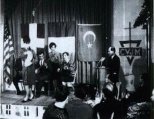 """Türkische """"Gastarbeiter"""" zeigen Tänze ihrer Heimat. Am Mikrofon Osman Osmanovic"""