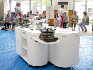 移動調理台(通称「どこでもキッチーン」)。セミナー時には仮設住宅の集会所に5~10台を搬入。「調理台で実際に調理できるからうれしい」と大好評