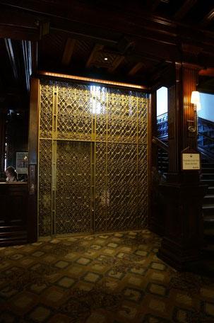相当古いエレベーター しかし、装飾の美しさは目を見張る物がある