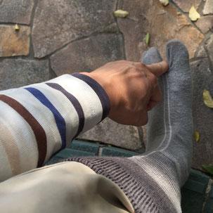 地下足袋の親指のところに入りやすくする為に指で靴下に形をつけます