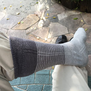 靴下の中にズボンの裾が入る様に靴下をはきます