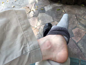 まずは靴下を半分程さげます