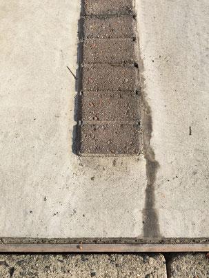 1箇所目 割れてから時間が経っているのか、割れの部分に汚れがたまってしまっています。