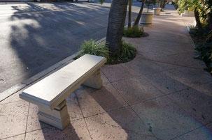 道路わきのベンチに細かい仕上げが見られる このデザインのベンチは日本には石製のものしかない気がする