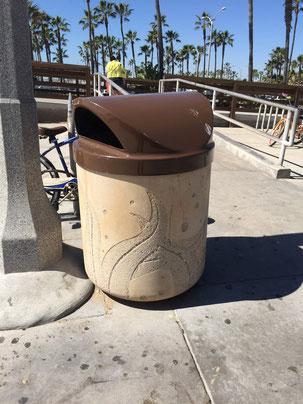 仕上げを変えることで模様をつけたゴミ箱