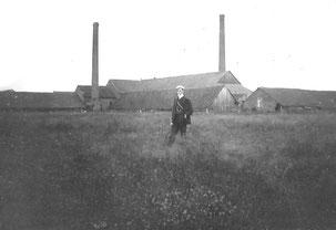 Fritz Löhr 1908 vor der Ziegelei seines Vaters