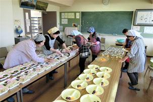 日形 花泉 一関 日形ボランティアかたくりの会 宅配弁当 準備作業
