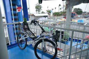 自転車は適当に端っこの方へ