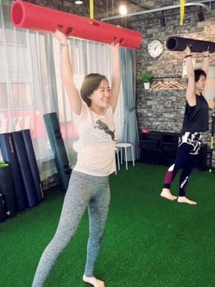 パーソナルトレーニング大阪 北浜本店(大阪市中央区)バイパーでトレーニングをする女性パーソナルトレーナー