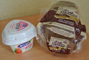 モンゴル産のフルーツヨーグルトとライ麦パン