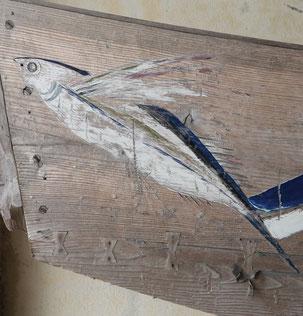 漁船「サバニ」に描かれたトビウオ。 サバニに描かれる絵や模様も芸術的。