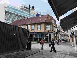 Kreuzfahrtschiff in Stavangers Altstadt
