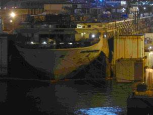 """Das Wrack der """"Costa Concordia"""" im Hafen von Genua"""