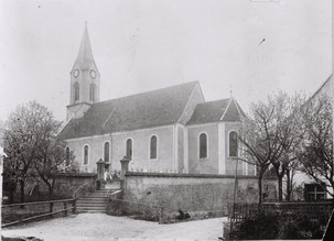 Kirche und Kirchbachstrasse um 1900: Der Bach floss entlang der Kirchenmauer. Für die Strasse war zwischen Armenhaus und Bach nur wenig Platz.