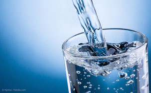 Wassertrinken hält den Mund feucht und vermindert schlechten Atem. (© Hyrma - Fotolia.com)