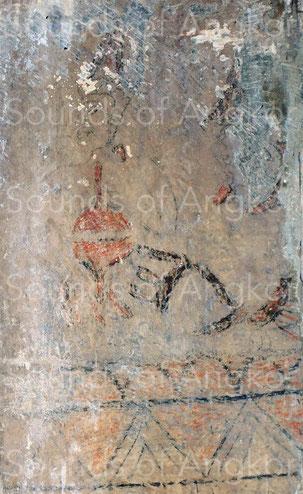 5. Côté Est, une fresque additionnelle sur un retour d'angle montre un musicien jouant des cymbalettes. Le personnage porte un couvre-chef conique semblable à celui des autres fresques.