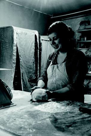 photo noir et blanc boulangerie femme paysanne pain paysames breton - Johanne Gicquel artiste auteure nature bretagne