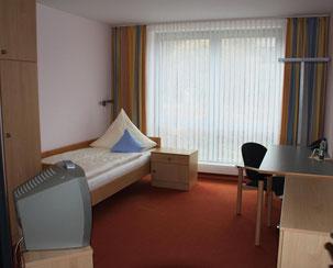 und zur Unterbringung bestens ausgestattete Nichtraucherzimmer in Hotelqualität (TV, WLAN) bereit. Darüber hinaus können vier kostenfreie Internet-Arbeitsplätze genutzt werden.