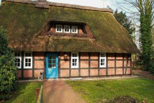 In einem für die Gegend typischen Bauernhaus...