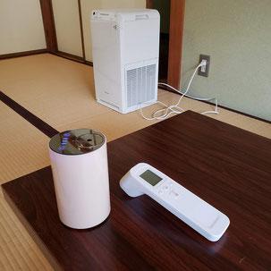 携帯用アロマディフューザー(左)、検温器(右)、空気清浄機(奥)