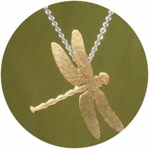 Bild: Libellen Anhänger , die Libelle ist aus Silber gearbeitet und vergoldet, die schlichte stilisierte Art ist bei jung und alt sehr beliebt.