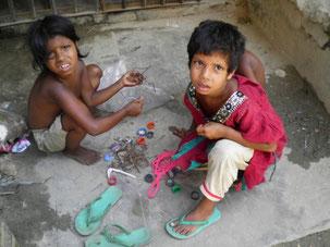 ゴミを分別する子ども達。スラム内の至る所で子どもが働いている。