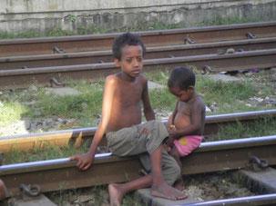 おそらく麻薬かシンナー中毒の子ども。この辺りには大麻・コカイン・ヘロインが簡単に手に入る為、麻薬に手を出す子どもも多い。